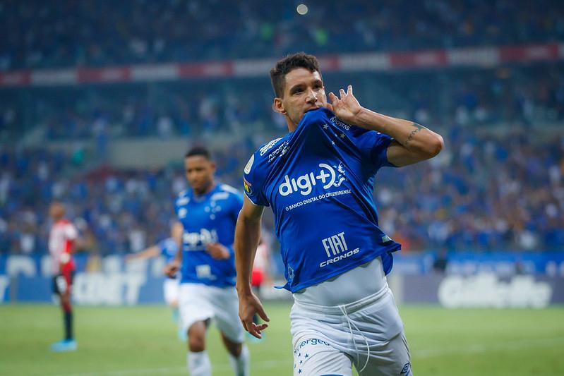 Com apoio da torcida, Cruzeiro conquista vitória sobre o São Paulo no Mineirão