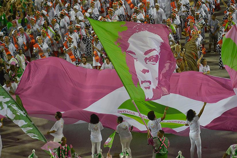Rio, no sufoco do caos, canta sambas para 2020