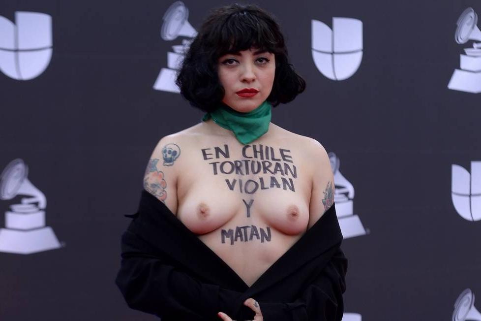 Cantora exibe protesto nos seios em premiação do Grammy Latino