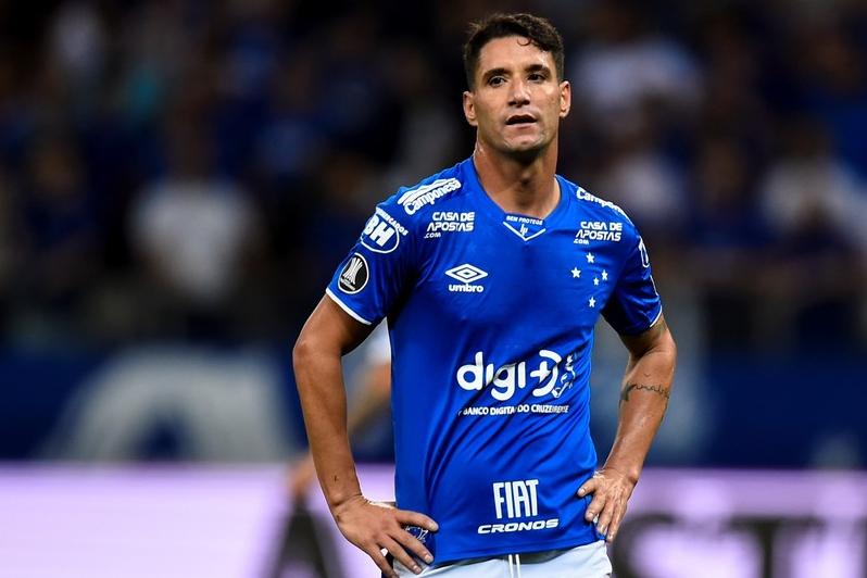 Diretoria do Cruzeiro decide afastar Thiago Neves após atleta ser flagrado participando de show no Mineirão
