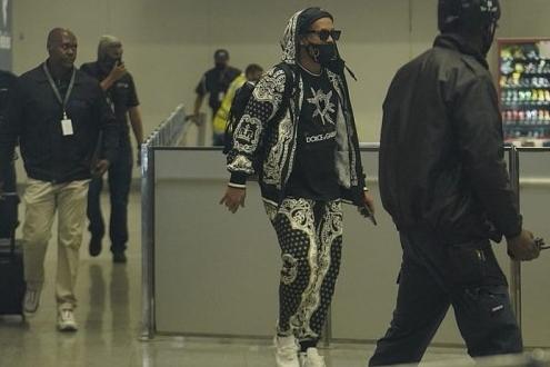 Ronaldinho Gaúcho e Assis chegam ao Rio após quase 6 meses presos no Paraguai