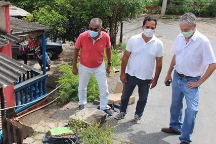 Prefeito de Itabira confere danos provocados pelas chuvas no bairro Pedreira