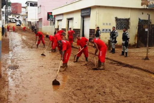 Força-tarefa mobiliza presos para limpeza de ruas na Zona da Mata