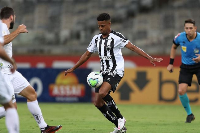 Atlético Mineiro vence Santos e sobe na tabela do Brasileiro
