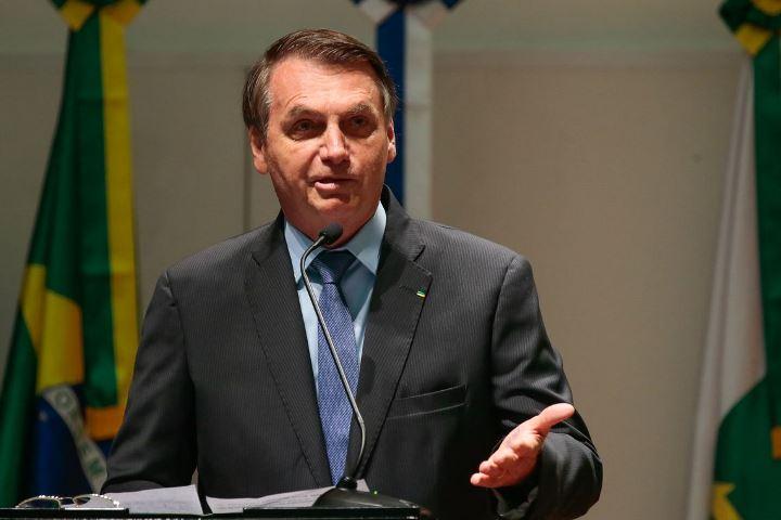 Bolsonaro destitui secretário executivo da Casa Civil por usar avião da FAB
