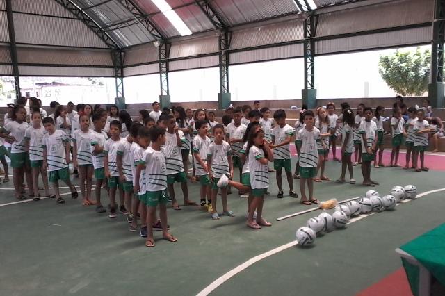 Alunos de projeto social recebem uniformes e materiais para prática esportiva
