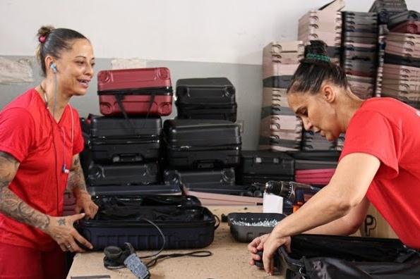 Detentas do Presídio de Vespasiano confeccionam malas de viagem