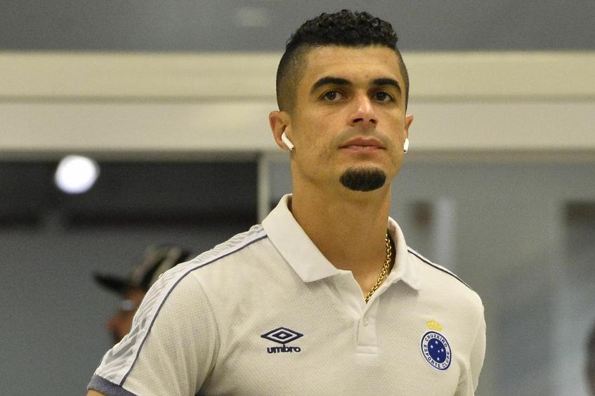 Com dores no quadril, Egídio será reavaliado pelo Cruzeiro antes do clássico contra o Atlético-MG