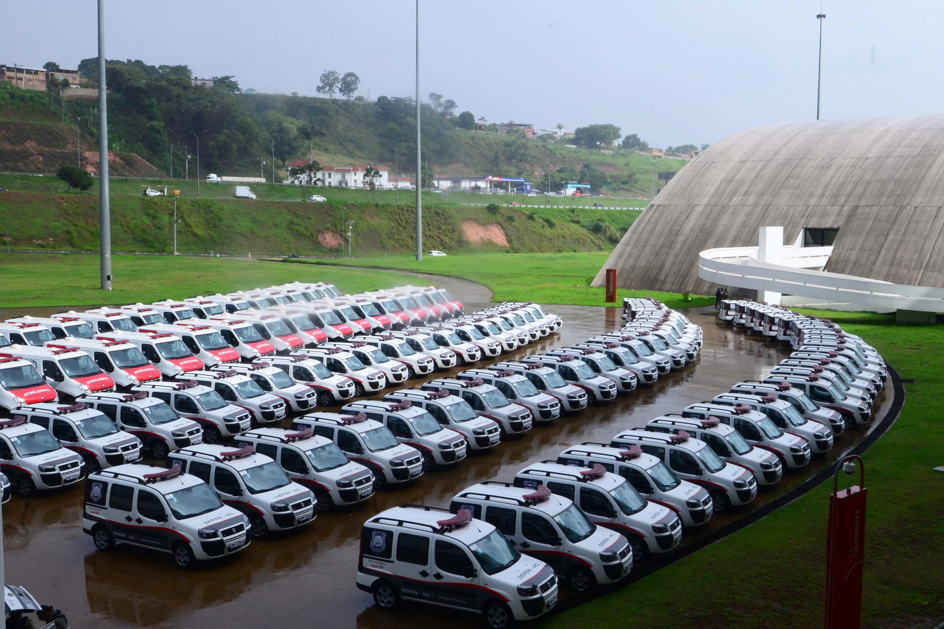 Governado de Minas entrega 107 veículos ao sistema prisional do estado