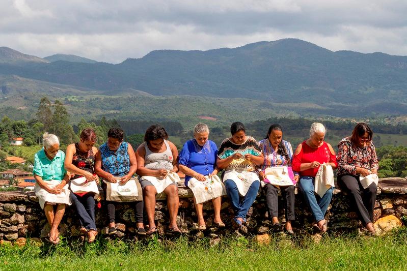 Artesãs da região Central de Minas Gerais ganham catálogo para divulgar trabalhos