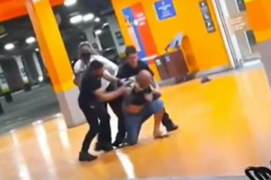 Homem negro é espancado e morto em supermercado de Porto Alegre