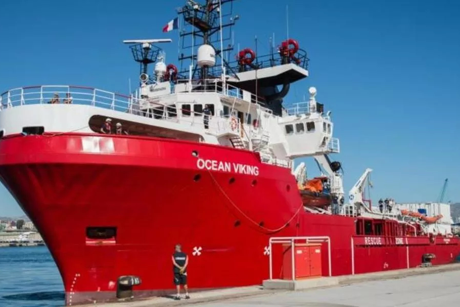 ONGs pedem porto seguro para desembarcar 176 migrantes resgatados