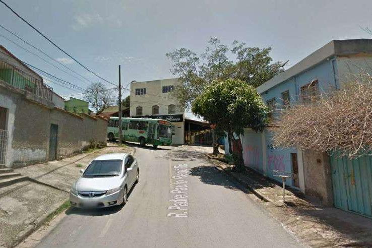 Tragédia: Bebê morre atropelado ao cair do colo da mãe que ficou com pé preso ao descer de ônibus