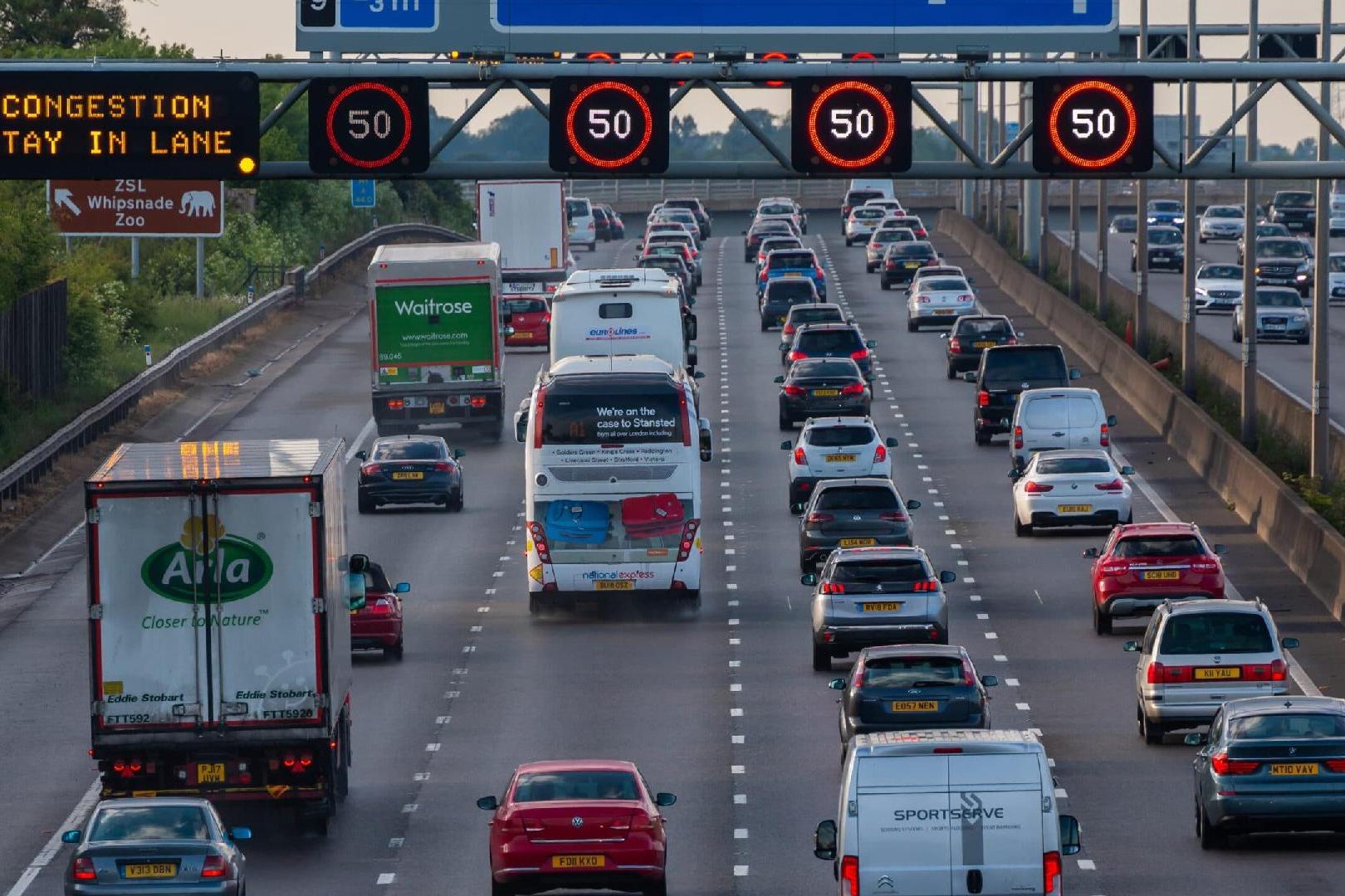 Reino Unido proibirá carros a gasolina até 2030 visando zerar emissões