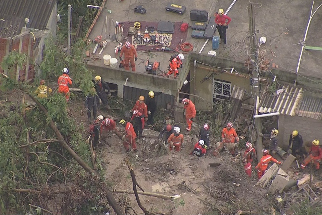 Deslizamento em Ibirité, na Grande BH, deixa duas mulheres e duas crianças desaparecidas sob escombros