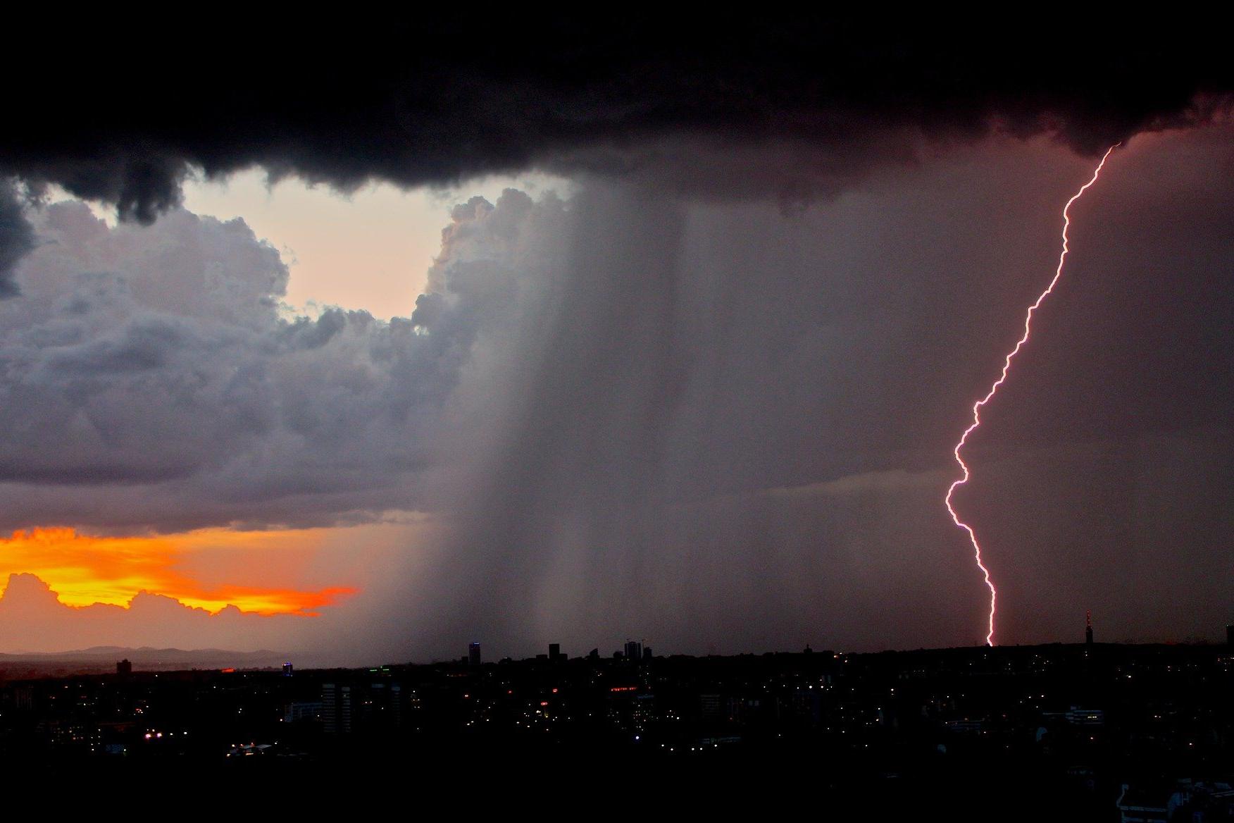 Saiba como manter a segurança com a rede elétrica durante tempestades