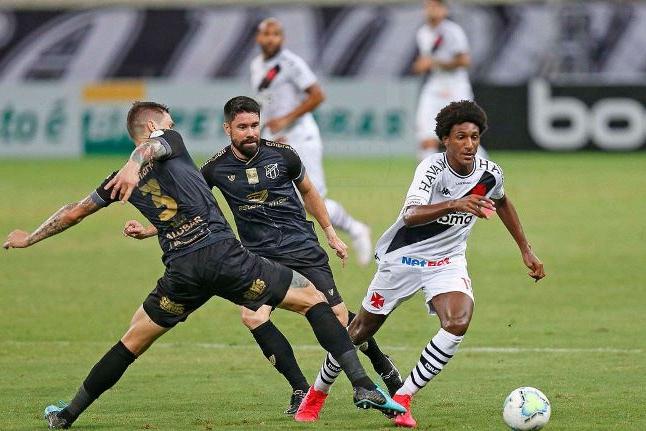Vasco vence Ceará e vai à liderança do Brasileirão